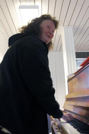 Mona Kihlström är kantor, bor i Tenskog, och leder gärna körsångscirkeln Hellre än bra.