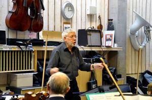 Walter Granlund är Veteranorkesterns huvuddirigent som lett dem sedan starten för tio år sedan. På lördag ger de en jubileumskonsert på OSD Folkets hus.