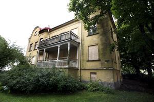 Nytt liv. NA:s läsare uppmärksammade för flera år sedan förfall som det fina huset på Fredsgatan 40 befann sig i. En örebroare anmälde landstinget för vanvård av huset, men nu ska det bli ordning på torpet. Huset ska rustas.