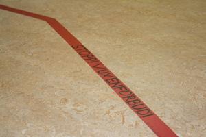 En linje i golvet visar att bara barn är tillåtna i biblioteket under de speciella öppettiderna.