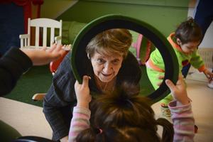 Nu är tanken att volontärer ska komma till ankomstboendet för att leka med barnen. På bilden Gun-Britt Hall och Hevi Sulaiman.