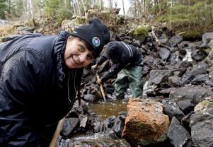 Ingrid Dahlin, ordförande i Storöringens fiskeklubb, brinner för att hjälpa ungdomar att komma ut i naturen.