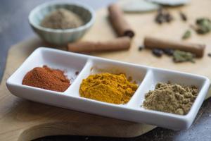 Chilipulver, gurkmeja och garam masala ger smak åt indisk mat.