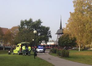 Utryckning. Förr var denna syn vanlig i Vilhelminaparken. Nu sker det mer sällan att polis och ambulans måste rycka ut dit.