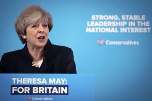 Är Socialdemokraterna pragmatiska som de brittiska Konservativa, världens äldsta och mest framgångsrika parti? Bilden visar premiärministern och partiledaren Theresa May i den pågående valrörelsen.