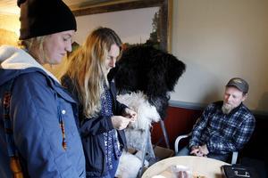 Linda Petersson och Linn Arbeus testade Stefan Anderssons hjortkorv. Det var första gången Linn Arbeus åt hjortkorv. – Jättegott, sa hon.