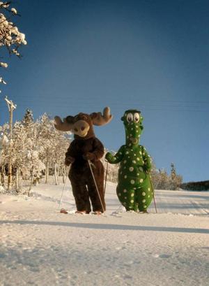 Storsjöodjuret Birger och älgen Hälge gör upp om vem som ska vara officiell maskot i en reklamsnutt.Foto: Rogier Heijning
