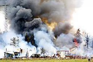 Foto : TOBIAS IVARSSON Rester. När elden startade fanns ett tjugotal kor i ladugården, de var inte instängda utan kunde springa ut. Brandmännen från Sandviken och Gävle kunde inte göra mycket när de kom fram till den övertända byggnaden förutom att försöka hindra elden från att sprida sig.