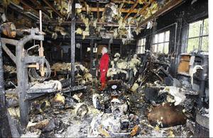 Nils-Erik Aronsson från Tandsbyns brandvärn i det garage som blev svårt eldhärjat.