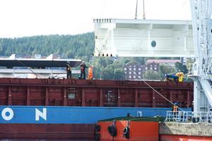Flytkranen Lodbrok, den enda i sitt slag i Sverige, lyfter första brodelen.