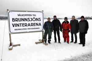 Skylten som välkomnar till Brunnsjöns Vinterarena finns en bit ute på isen. Från vänster: Rune Bernhardsson, Hans Pernsjö, Nils Lindgren, Lennart Fyrk och Kent Engström från Brunnsjöns Vintervänner.
