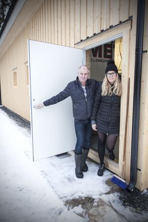 Anders Jörgensen och Agnes Jörgensen slår upp dörren till det nybyggda slakteriet.