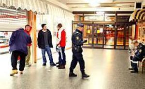Foto: ANNAKARIN BJÖRNSTRÖM Väpnat rån. Rimi i Björksätra i Sandviken rånades vid halv nio-tiden på måndagskvällen. Rånaren avlossade flera skott innan han försvann med en okänd summa pengar.