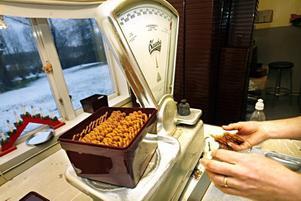 Invägning av pepparkakor på Sundins bageri.