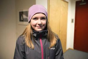 Hanna Stålbring från Östbergsskolan blev inspirerad under besöket på ÖP. – Jag kanske vill bli en snabbjournalist som Urban.