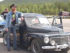 Jämten Mikael Söderholm från Jämtland kom till dragracingen på Hedlanda flygfält med sin gamla ärevördiga Volvo PV 444 från 1953.