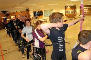 Många starter. Över 100 startade i bågskyttetävlingen Tomtapilen i söndags. Närmast i bild är Axel Magnusson från Järnvägens bågskytteförening.
