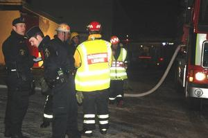 Totallarm. Ett större antal polis- och brandmän fanns på plats i Mora By.