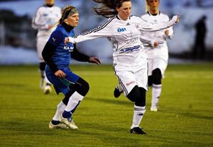 Frösöns Andrea Edman driver förbi en Strömsundsspelare i 2–0-segern.