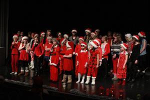 Hela kören tomtar sjöng jullåtar på julshowen.