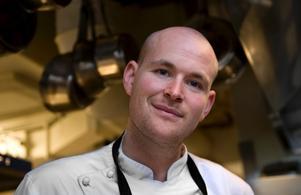 Johan Jureskog är utnämnd till Årets Rising Star och dessutom delägare i 20-årsjubilerande Rolfs Kök, en klassisk Stockholmskrog.