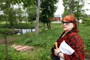 Kiki Larsson är curator för utställningen i Mackmyra brukspark och hon har samlat konstnären och slöjdare för att se vad som händer när man flyttar mjuka material ut i naturen.