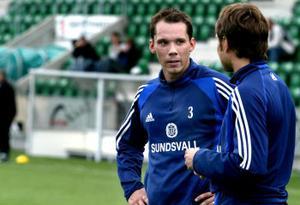 Forna lagkamrater i samtal med varandra. Från och med i dag är Fredric Lundqvist Viking Stavangers spelare.