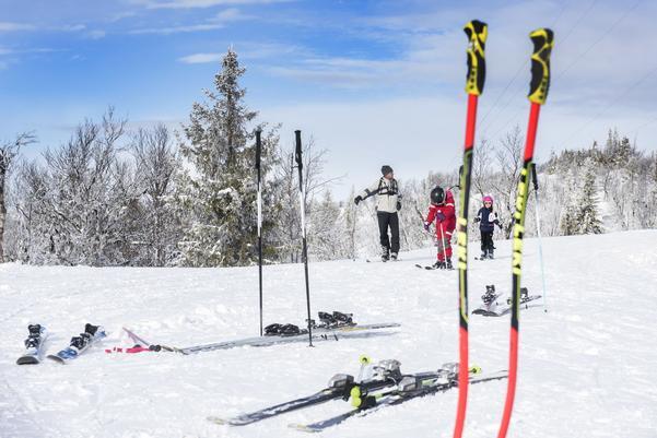 Det är det här det handlar om under sportlovet: Skidor, på längden och på tvären. På Funäsdalsbergets topp parkerar åkarna skidorna för att  äta lunch i toppstugan.
