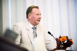Hans Hedlund (C), vice ordförande i landstingsstyrelsen, får 10000 kronor mer i månaden i arvode retroaktivt från juni.