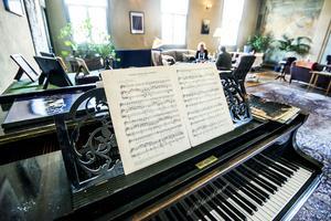 Det gamla pianot påminner Magnus om hans mormor som var duktig vid tangenterna.
