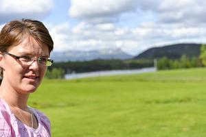 Sonfjällsdeckarnas mamma Eva Ludvigen berättar om sitt författarskap i Linsell.