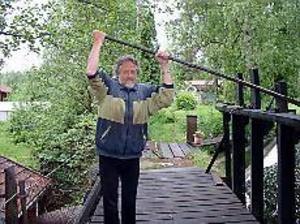 Foto:JÖRGEN LARSSONÖppnar dammluckorna. Det har regnat mycket och det tvingar Elvert Eriksson, kommunens ende privata elleverantör, att öppna lite på dammluckorna.