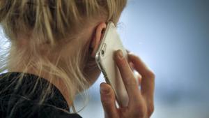 Man ofredar kvinnor sexuellt över telefon – nu varnar SCB för mannen