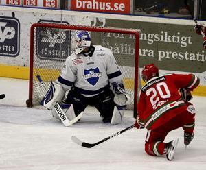 Sex mål mot Västerås i tisdags, följdes av inget mot Karlskoga. Här är det Alexander Hilmerson som missar ett läget. Karlskoga vann med 2–0.
