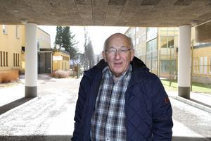 Lars Gabrielsson bor på samma gata som rättspsyk i Skönvik. Här står han mellan den byggnad som inhyser rättspsyk och den som kanske kommer att användas som förskola.