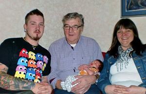 Bilden tagen hemma hos farmorsfar Arne Östman i Gottne, där alla av de tre äldre generationerna bodde vid födseln.