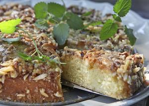Toscatårtan är en svensk klassiker, här i en något vassare variant med mandelsplitter och pecannötter.