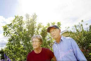 Anita och Mats Lundin flyttar från lägenheter i Östersund i början av juni och bor i sin kolonilott tre månader. Det växer så det knakar i deras trädgård.