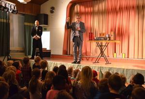 Rektor Robert Hedlund konstaterar att det är dags att säga hej då till Vivsta skola. Till vänster ses magikern John Martin.