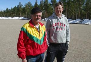 Roland Tullners och Åke Larsson tror att det här är sista säsongen som det spelas fotboll på grus i Sveg.