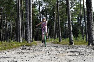 Rötter och terrängcykling är inget som oroar Selma inför utmaningen att cykla Cykelvasan på en enhjuling.