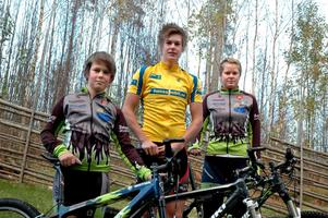 Topptrio. Syskontrion Fagerhill, Pontus, Petter och Caroline, från Ställdalen siktar mot toppen i mountainbike. Den gångna säsongen har gått bra för alla tre.