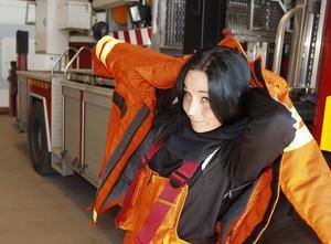 Ilona har blivit snabb att sätta på sig sin brandoverall.   Det går snabbare för varje gång.