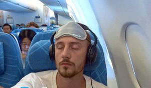 Västeråskonstnären Tony Lorenzi längtar redan hem i planet på väg till Tokyo.