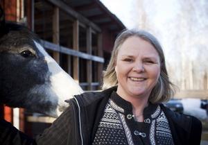 """VARVAR NER HOS HÄSTARNA. Ann-Sofie Wennman kopplar av från sitt intensiva jobb på Trygghetsrådet i Gävle med att sköta om döttrarnas hästar hemma på gården. Själv rider hon inte längre. """"Nej, jag mockar och betalar. Jag skruttar runt på någon tur med islandshäst ibland"""