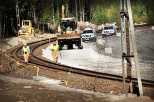 Ombyggnaderna längs Ostkustbanan ställer till det för många tågresenärer, som tvingas till långa väntetider och längre restid.