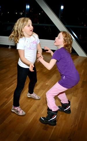 Fart på dansgolvet. Elise Tegin och Rebecka Blomberg går bara i förskoleklass och fick inte vara med och spela handboll ännu. Men de roade sig på dansgolvet i stället.