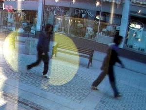 Bilden är skärmdump från en övervakningskamera hos Kallings Guld på Trädgårdagatan. Nuur går föreYngvesson på Trädgårdsgatan i östlig riktning mot Storgatan i anslutning till mordet. Tidpunkten är kl. 04.44.04.