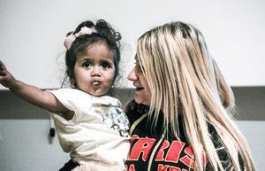 Sara Woldu, här med dottern Milena, var tidigare missbrukare. Nu jobbar hon för KRIS med att stötta föräldrar med missbrukserfarenheter.