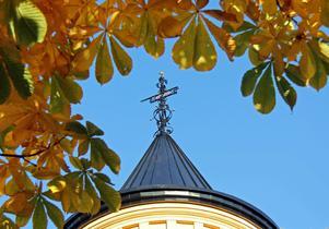 Sprillans ny plåtbeklädd tornhuva i novembersol, med årtalet